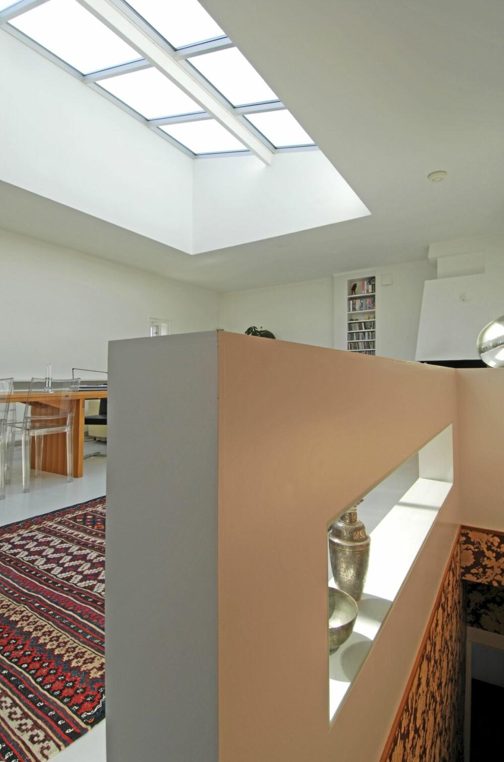 MAGISK SONE: Overlyset skaper gode lysforhold i rommet. Det røde kelimteppet fra Ikea demper trinnlyd og annen støy i rommet. Romdeler tegnet av Camilla Luihn.