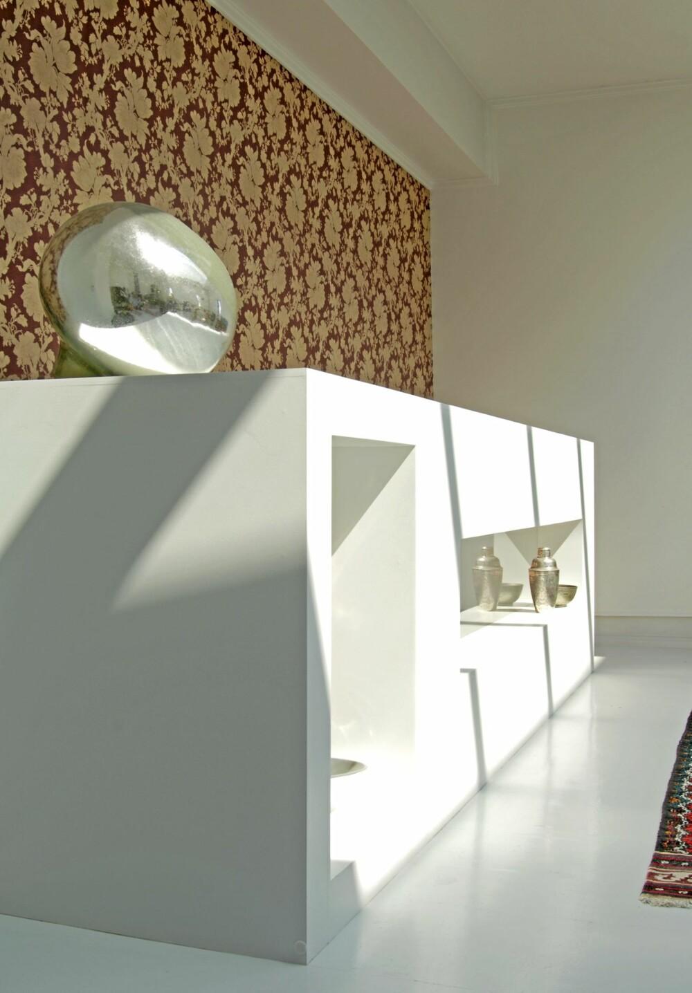 ET ROMVESEN: Romdeleren tegnet av kunstner Camilla Luihn er et  originalt innslag i interiøret. Det er også den nesten barokke tapeten som pryder vegger i hovedrommet og trappegangen.
