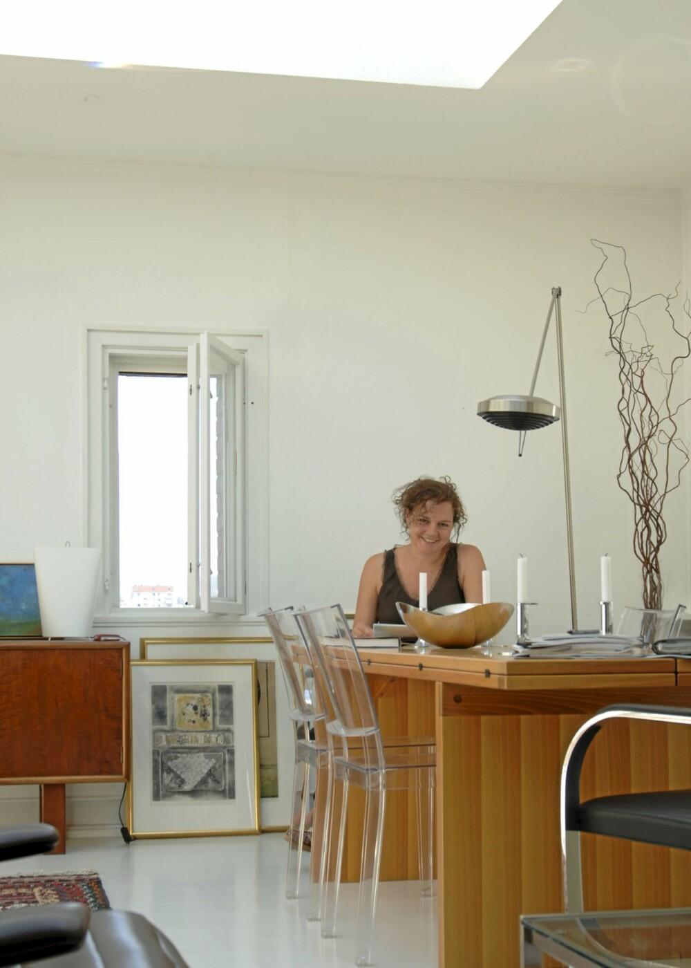 - Flommen av dagslys inn i det gamle atelieret gjorde det til et utmerket sted til både å oppholde seg og arbeide i, sier arkitekt Cecilie Wille. Transparente Kartell La Marie plaststoler designet av Philippe Starck.