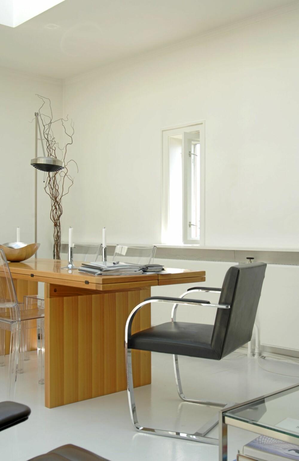 Et LANGBORD OMGITT AV KULE STOLER: Ved enden av Cassina-bordet i ask står Mies van der Rohes Brno-stol i skinn og stålrør. Den ble tegnet i 1930 og utrykker hans ønske om ekstrem estetisk klarhet og funksjonalitet.