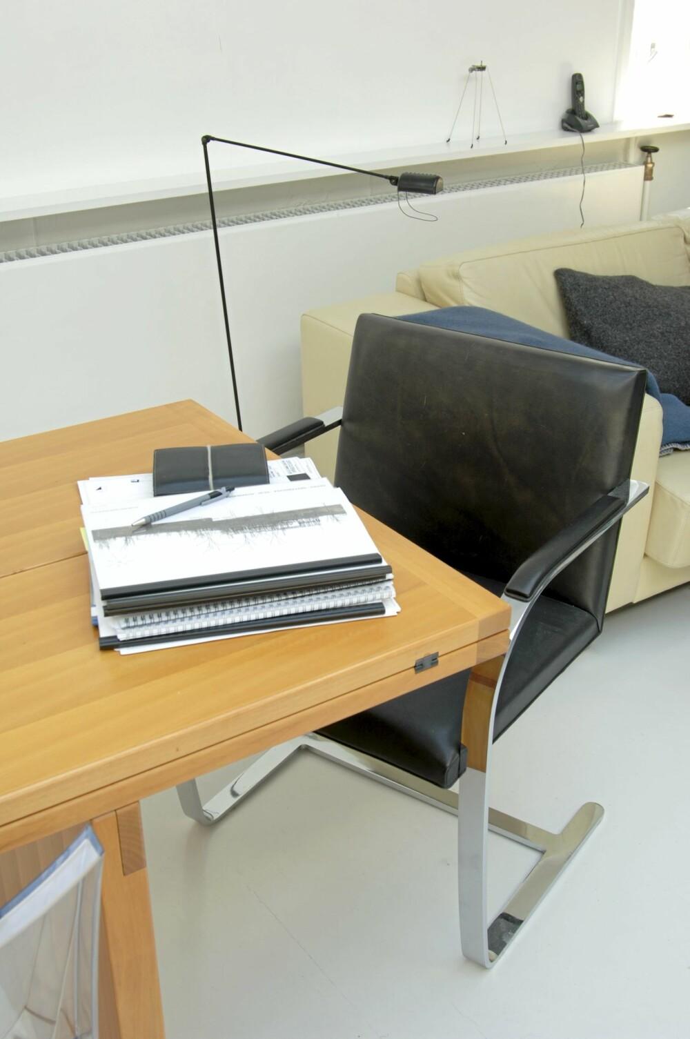 PIONERER PASSER TIL STEDET: Brno-stolene fra 1930 er klassikere  i sitt rette miljø her hos arkitekten.