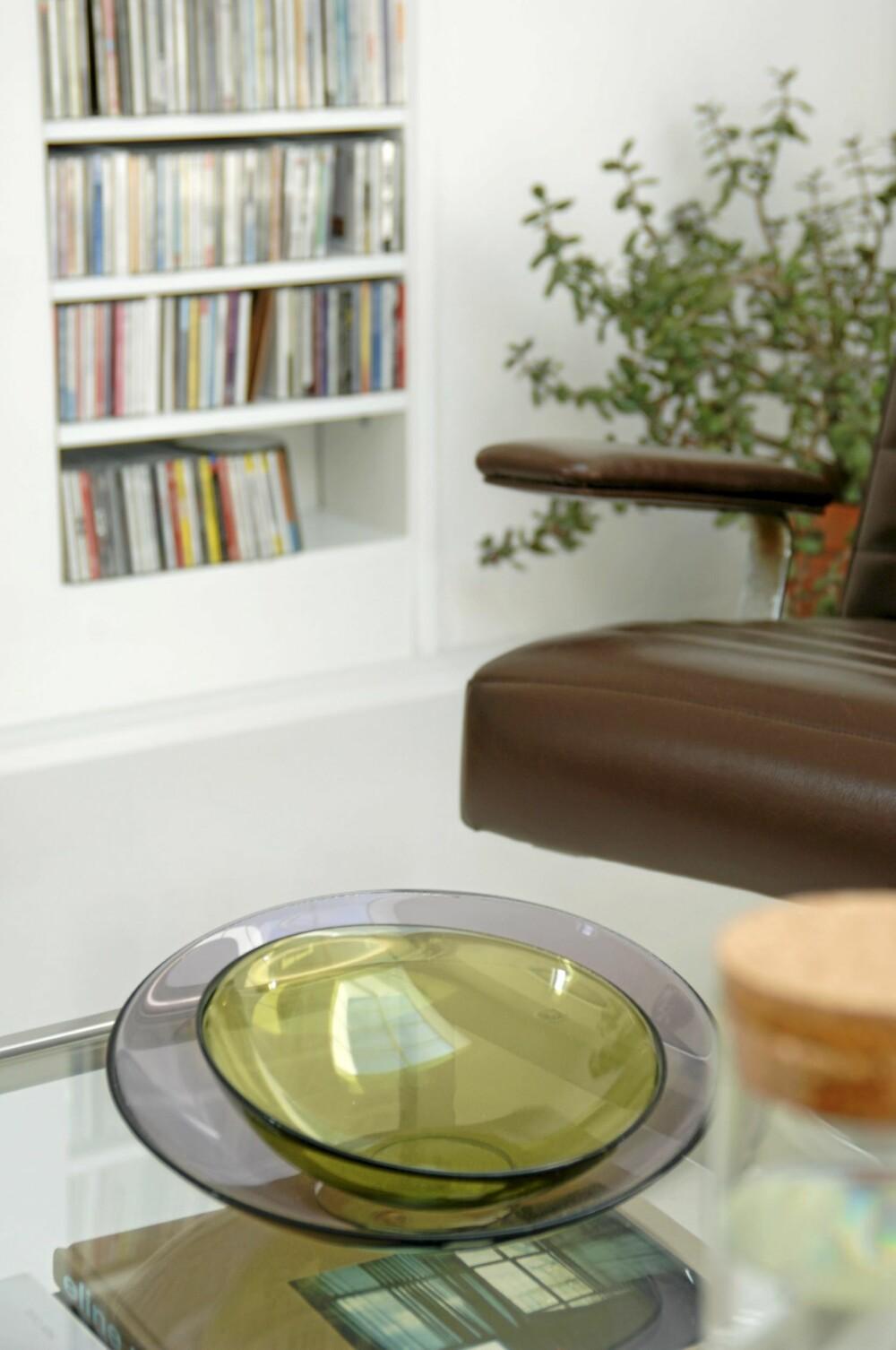 GLASS MOT GLASS: På salongbordet i glass står to Mingle-skåler av Lena Bergstrøm i hverandre. Produsent Orrefors.