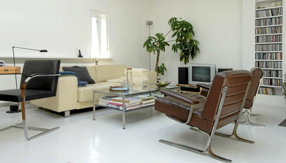 EN HØYDARE PÅ TOPPEN: Det tidligere atelieret fikk blant annet kritthvite gulv og høydepunkter som den svarte Brno-stolen som arkitektpioneren Ludwig Mies van der Rohe designet i 1930. Den er like fascinerende i dag som da den ble tegnet. Bolia Pasadena sofa i hvitt skinn. De brune lenestolene er vintage-modeller kjøpt i Milano.