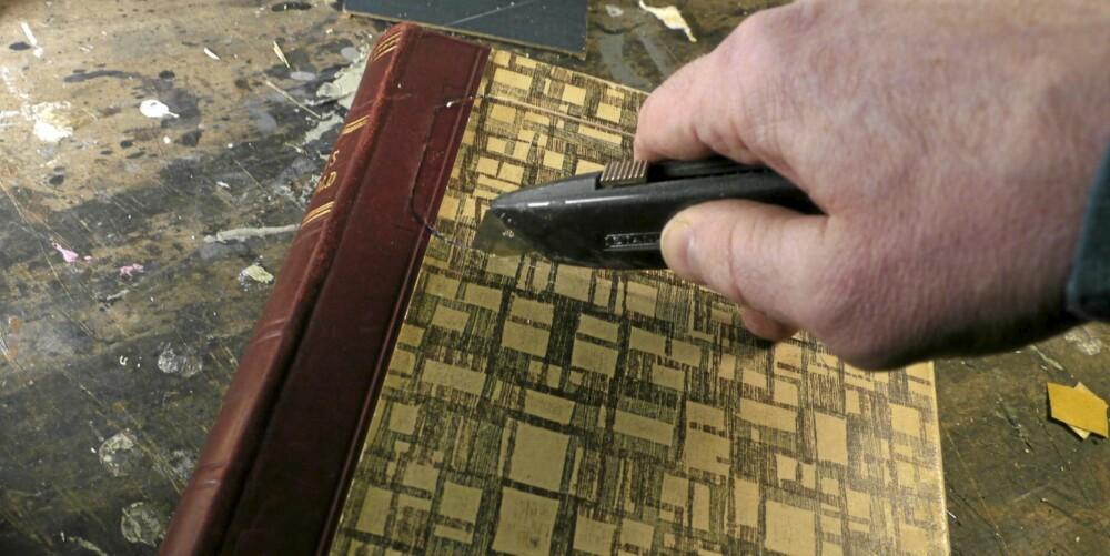BOKSEN: Denne lager du på sammem måte som skrinet, og limer fast begge permene. For å få en pen åpning tegner du først med blyant. Bruk en mal for å få pene, runde hjørner. Bruk linjal slik at du får et rett spor. Skjær rette hjørner først, og rund av med en kniv med smalere blad når du har fått en åpning.