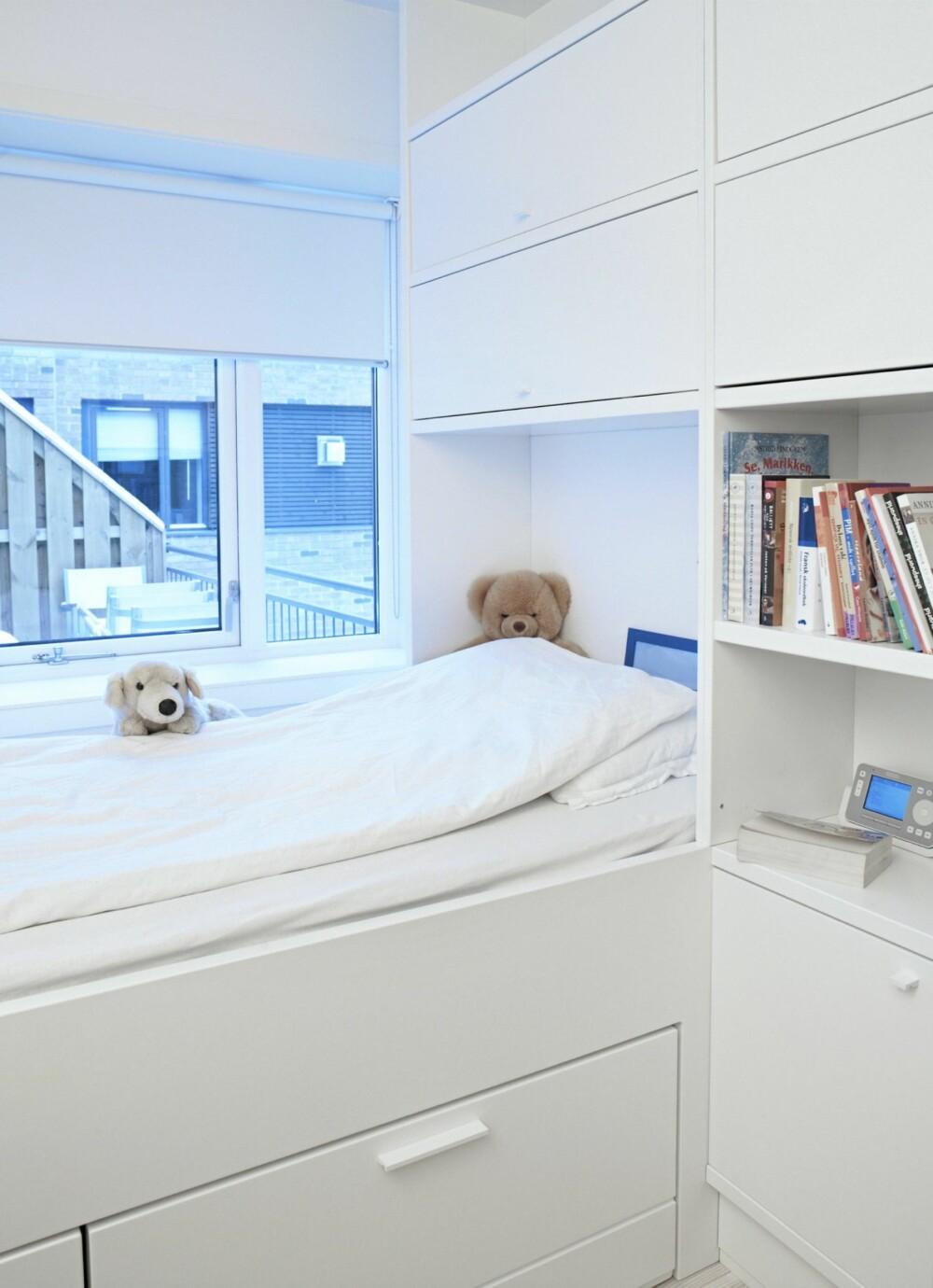 OPPBEVARING UNDER SENGEN: Plassen under sengen kan brukes til oppbevaring, som her med skuffer. Et annet alternativ er å sette sengen oppe på  lave skapseksjoner.