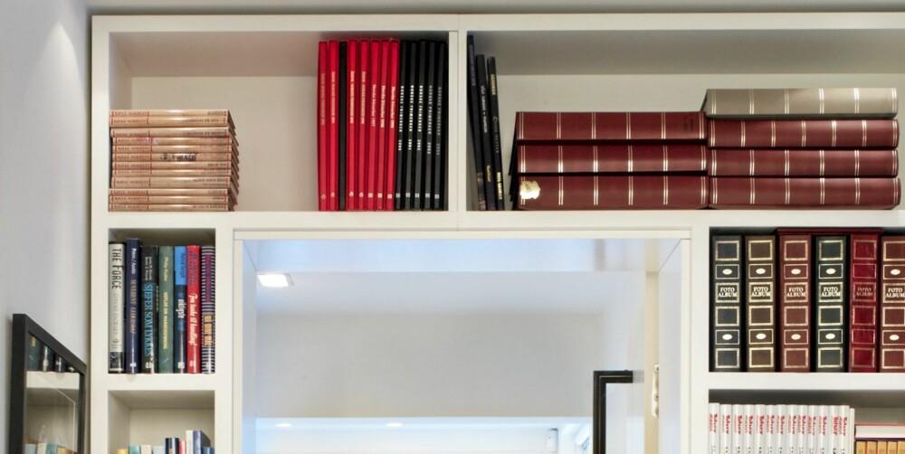 PLASSPARING: Plassering av bokhyller over dørene vil være et plassbesparende tiltak.
