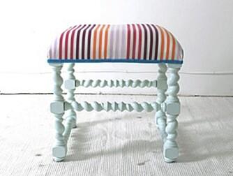 KRAKK: En vakker puff som er malt i nydelig turkis med stripete trekk og profilerte ben.