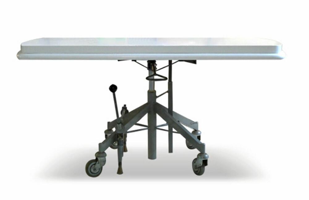 SAMMENSATT: Mad Max er et bord som er satt sammen av en bordplate fra 50-tallet og et eldre stolunderstell med hjul. Salongbordet har brems og hydraulisk høydejustering.