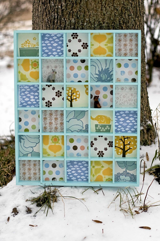 SETTEKASSE: Stine er veldig glad i gamle settekasser og dekorerer dem med fargerike tapeter.