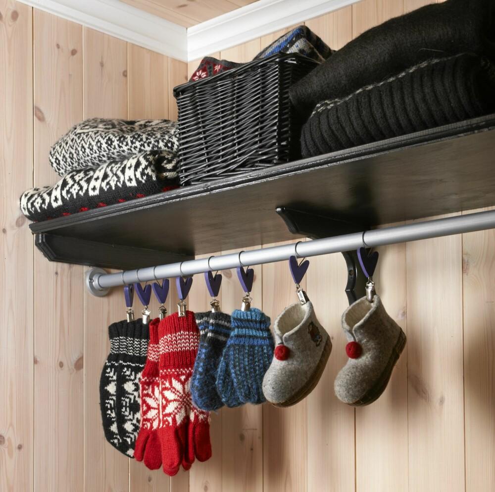 TIL MINSTEMANN: Ved å sette opp kroker i en lavere høyde, kan barna selv henge fra seg klærne. Hele veggen blir da utnyttet. En tøff genser er en dekorasjon i seg selv.