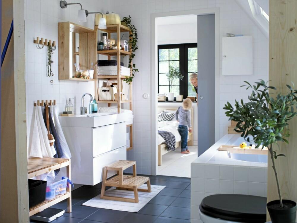 LYST OG LUFTIG: Den skandinaviske stilen holder stand, og det er ikke så rart: Det enkle er jo ofte det beste. Baderomsinnredningen her er fra Ikea.