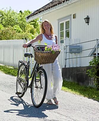 HVIT IDYLL: Interiørdesigner Marianne Hafskjold bor i et hvitt trehus fra 1874 i Son. Hun driver eget interiørfirma Daabo og har brukt sine fagkunnskaper under oppussingen. Hun tatt vare på mest mulig av det opprinnelige og har lagt vekt på at boligen skal være et praktisk sted å bo.
