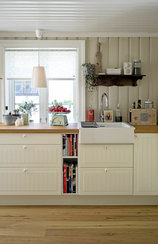 FUNKSJONELT. Det klassiske kjøkkenet er fra Ikea. Benkeplaten er ekstra bred, noe som sikrer god arbeidsplass på et lite kjøkken. De vertikale linjene i kjøkkendører og panel strekker kjøkkenet i høyden.