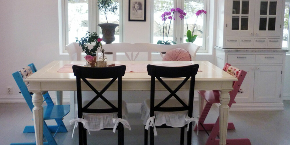 FARGEKLATTER: To Tripp Trapp stoler flankerer spisebordet, og er som små fargeklatter i det duse interiøret.