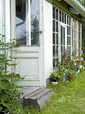 DRØMMENES DØR: Paret har brukt dører fra butikken Gamletrehus når de innredet gården i Bærum.