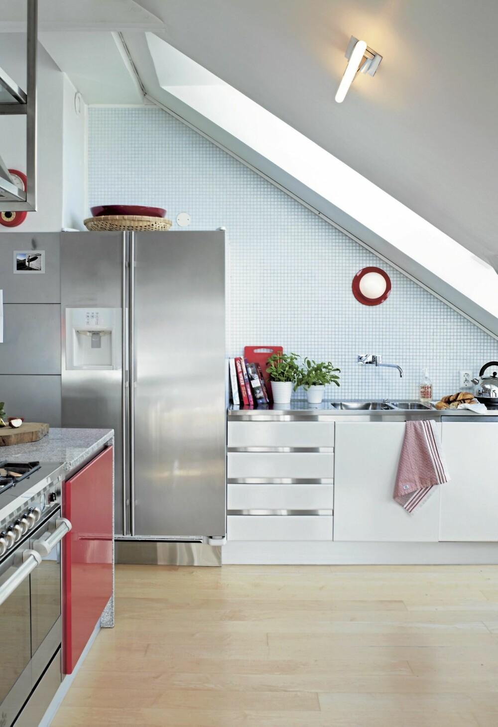 HEFTIGE SIGNALER. Kjøkkenet ble hvitt med røde innslag. Innredning fra italienske GeD Cucine.