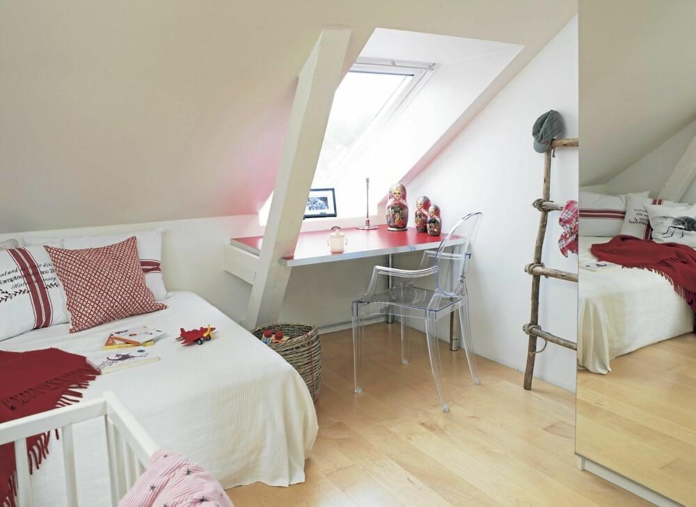 RØDE INNSLAG. På barnerommet er rødfargen tatt opp i tekstilene. Arbeidsbordet foran vinduet har også fått rød flate. Transparent stol Louise Ghost er designet av Philippe Starck.