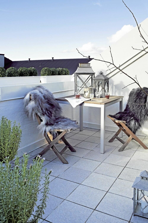 VINTERPAUSE. Selv om det er vinter, er det mulig med utpause på stoler med lune feller og varm gløgg i glassene. Skinn og lykter fra Verket Interiør. Det er innfelt belysning i gulvet.
