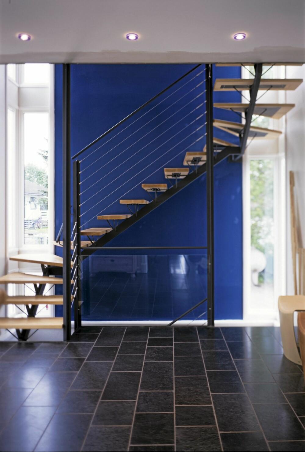HIMMELSK HØYDE: Den luftige førsteetasjen i tilbygget preges av den arkitekttegnete trappa. Den og hele hallen opplyses av høye sidevinduer i begge hjørner av tilbygget.