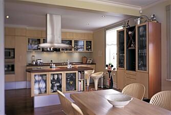 FLYTTET PÅ ROM: Arkitekten fikk revet vegger og flyttet kjøkkenet fra annen til første etasje. Stolene med finer i ryggen er tegnet av danskenes designdronning, Nanna Ditzel.