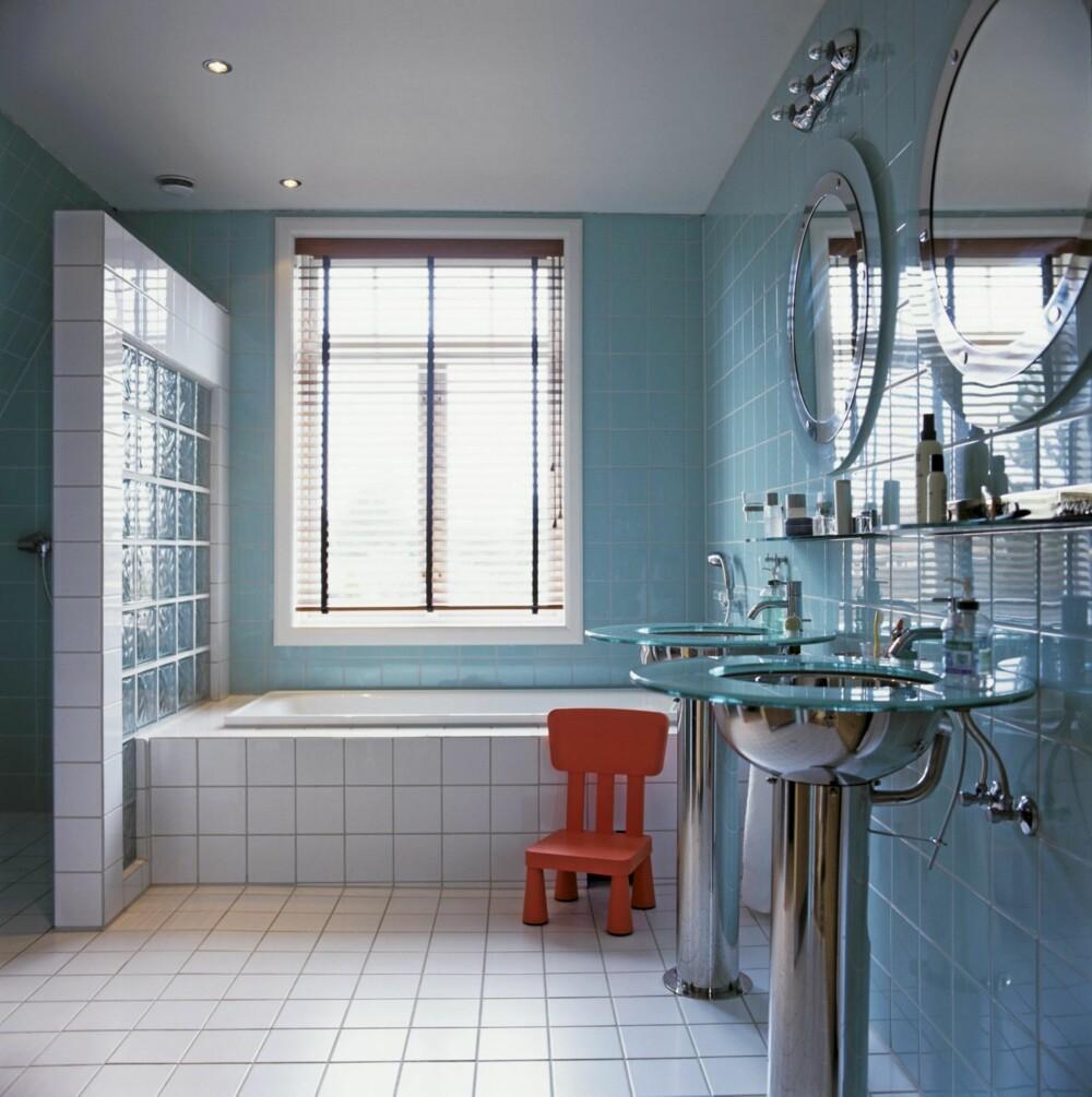 RENT OG LEKKERT: Badet ble plassert der kjøkkenet var. De sjøgrønne veggene passer til de lette valørene i de italienske designvaskene.