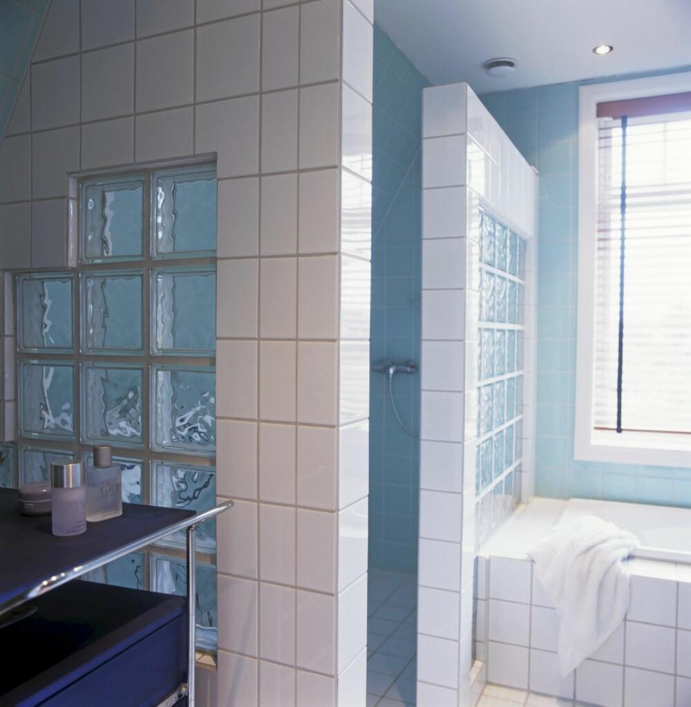 TRANPARENT: Slik skal glassbyggestein brukes. Her er glassblokkene omrammet slik at det dannes solide vegger - samtidig som de brukt slik at dagslyset faller helt inn i dusjnisjen.
