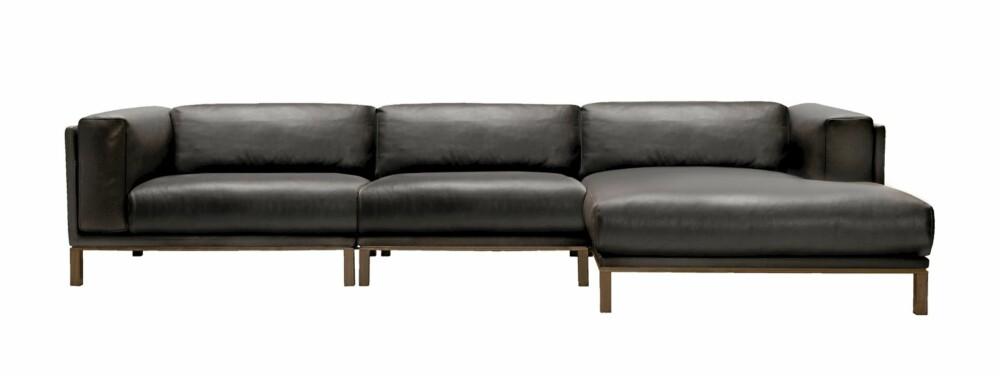 """ROMMELIG. Den nyeste modulsofaen fra Bolia har plass til mange. """"Cosy"""" i mørkebrun lær, designer er Karl Rüdiger, kr 48 997."""