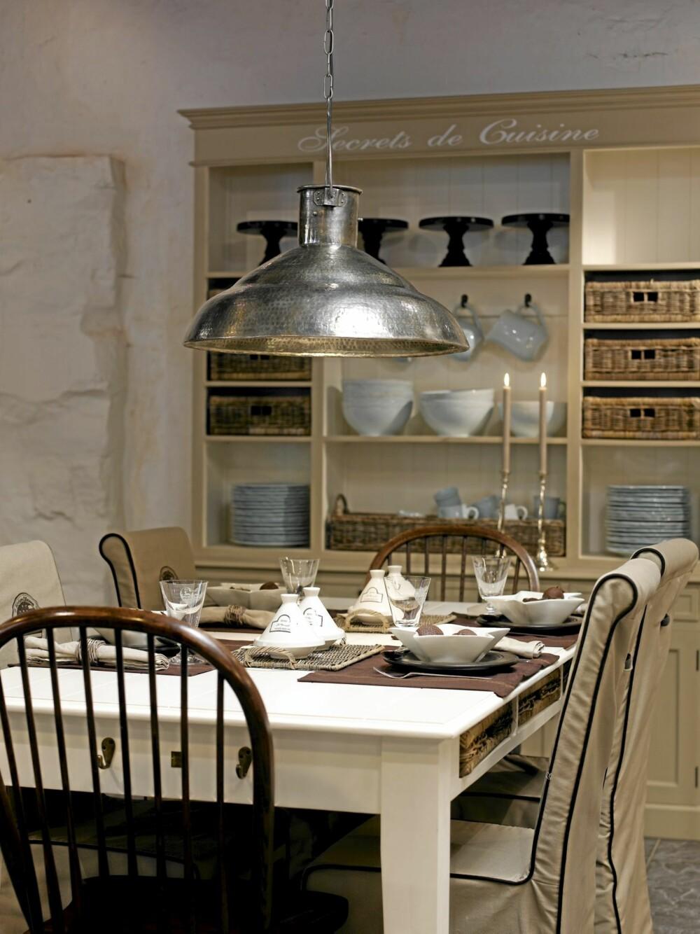 BOMMER I STUA: En enkel lampe over spisestuebordet er vel og bra - men om du ikke sper på med lamper ellers i rommet får du raskt mørke hjørner.