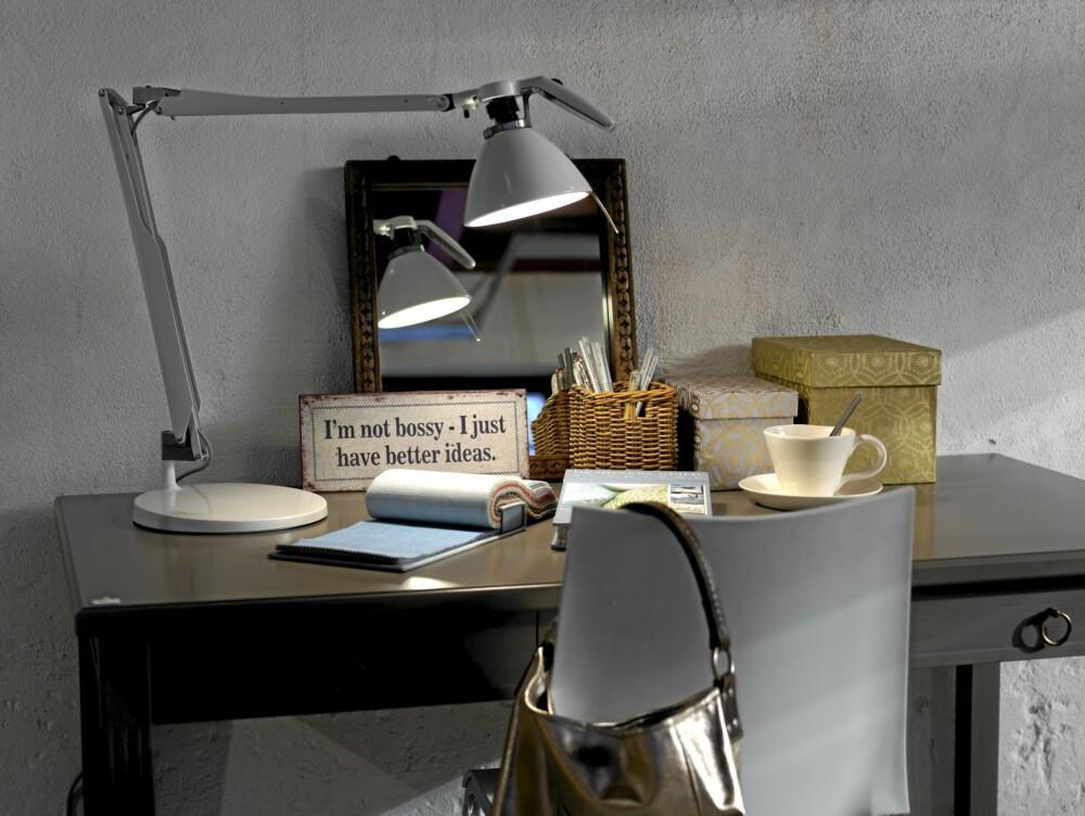 LAMPE PÅ RIKTIG SIDE: Mange setter skrivebordslampen på feil side når de jobber. Skriver du med høyre står denne riktig plassert. For en som skriver med venstre vil man skygge for seg selv.
