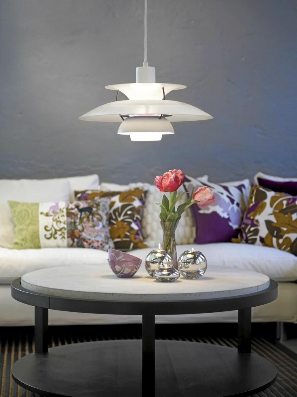 LYS i SONER: Mange glemmer at for eksempel en stue bør deles inn i soner - og belyses deretter. Godt lys over stuebordet er viktig.