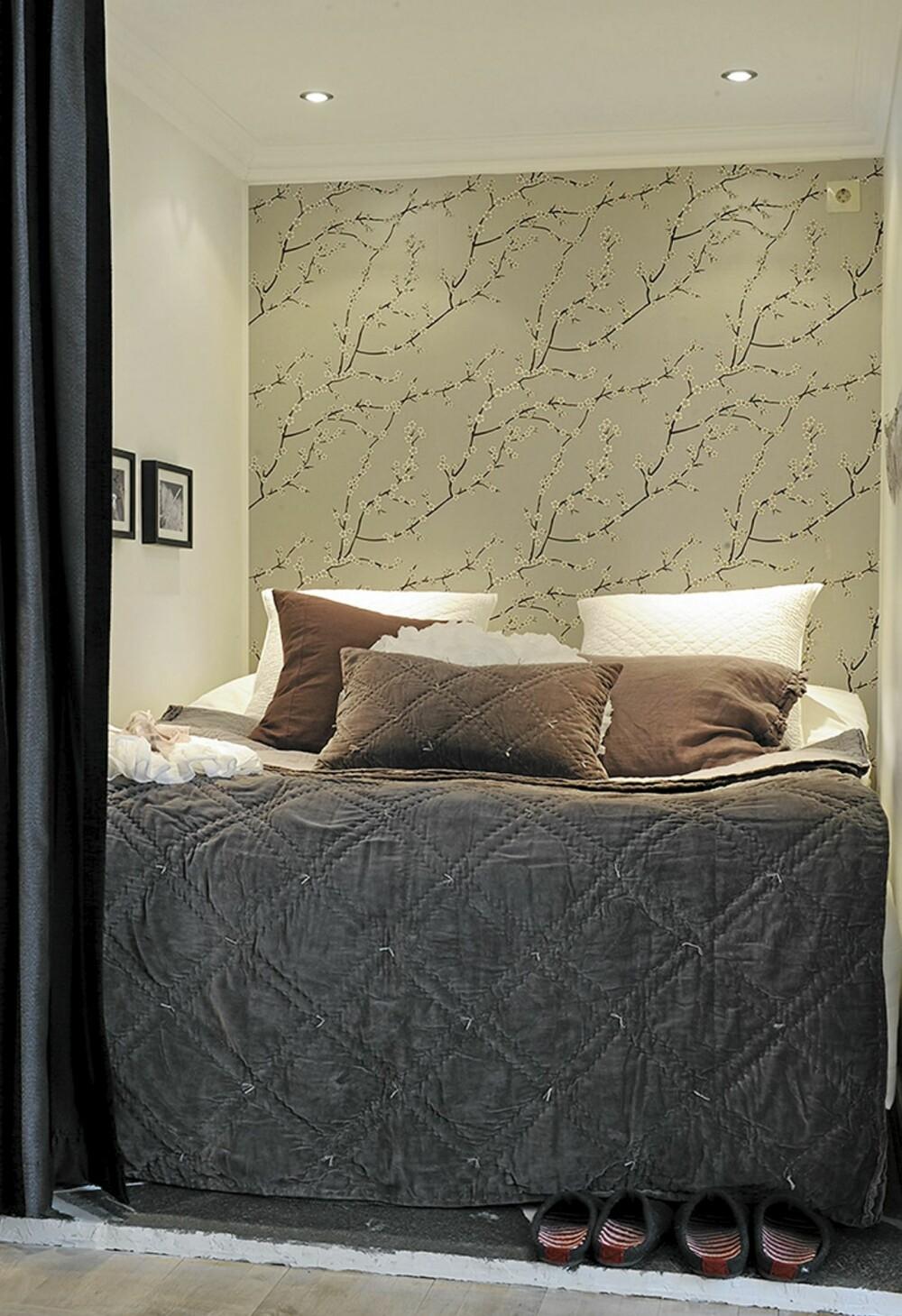 SOVEALKOVE: i sovealkoven har de tapetsert veggen slik at fargene på sengeteppe og puter harmonerer.