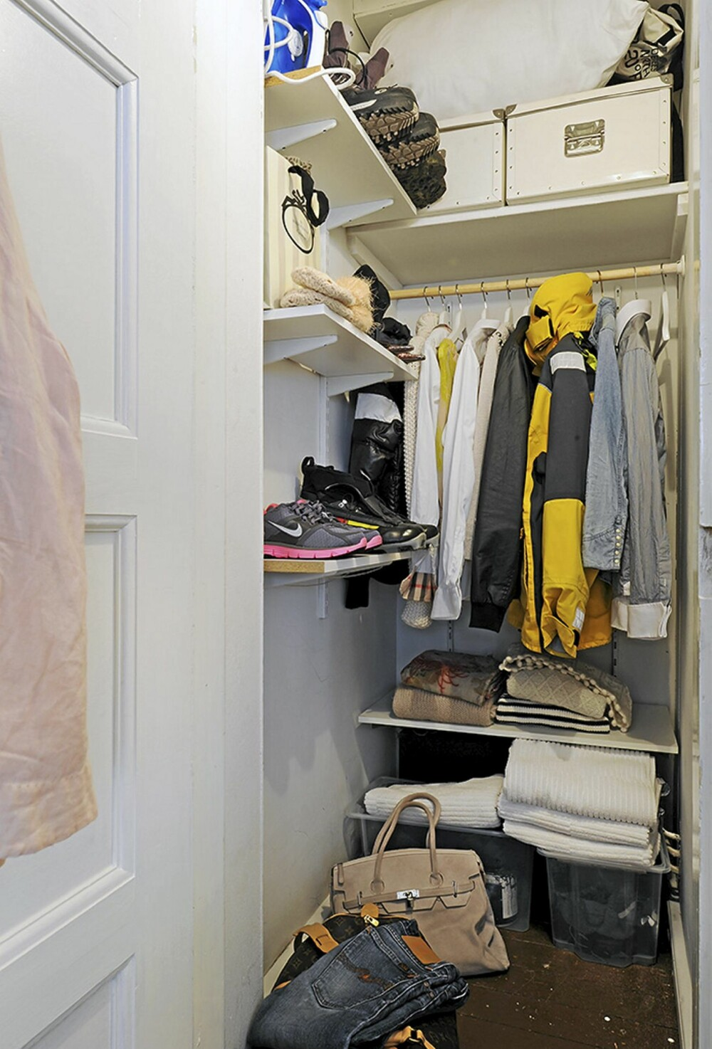 GARDEROBE: I gangen er det en garderobe med plass til klær og sko.
