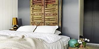 BRUKTE DØRER: Bruk gamle dører som sengegavl. Her er to dørblad, som er kjøpt på en reise i India, benyttet. Malingsrester og messingdetaljer gir gavlen et unikt preg.