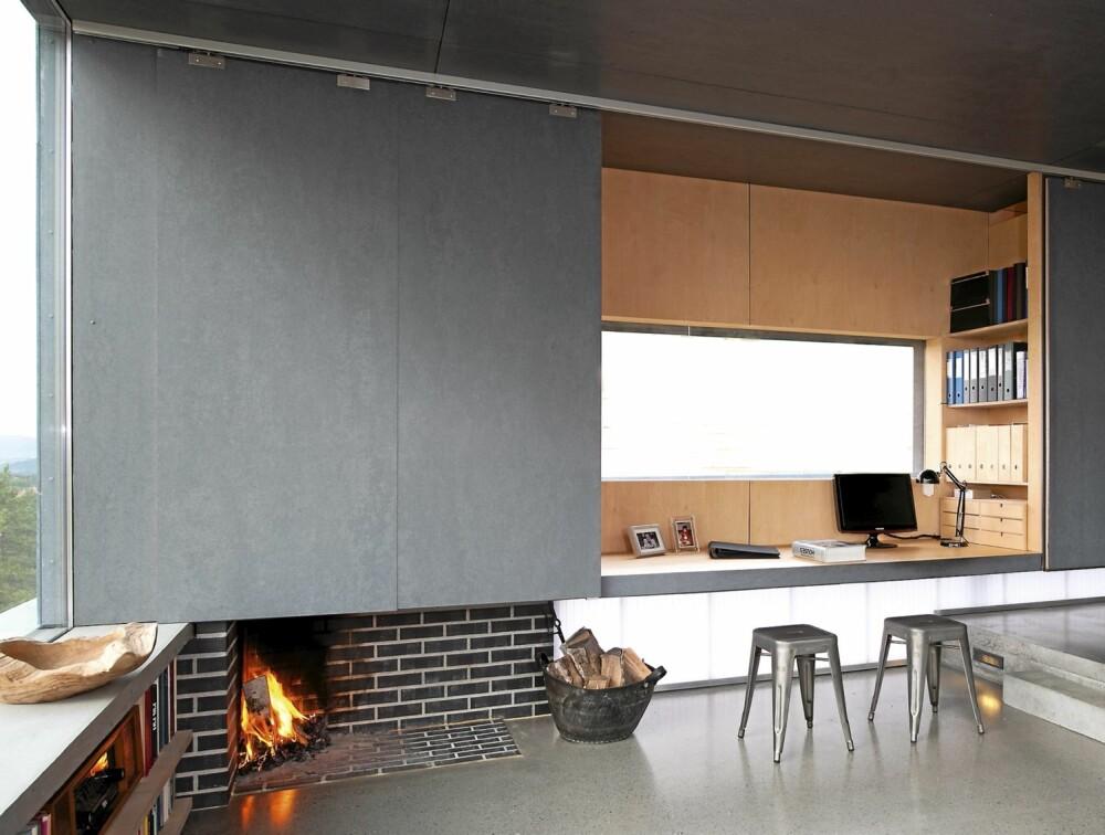 Fleksibel. De store skyveveggene kan skjule hjemmekontoret når det ikke er bruk. Peisen ligger i plan med betonggulvet. Styling Tone Kroken.