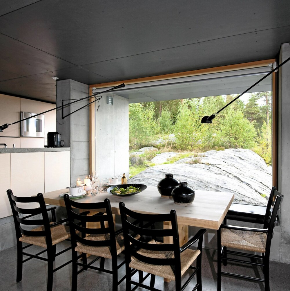 Tidløst utsyn. Fra stuen ser man rett ut på det glattskurte svaberget.