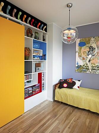 GJESTEROM/STUE: Et tilstøtende rom er innlemmet i stua, men kan fungere som gjesterom ved behov. Hyller med skyvedør er designet av beboer og utført av en møbelsnekker.