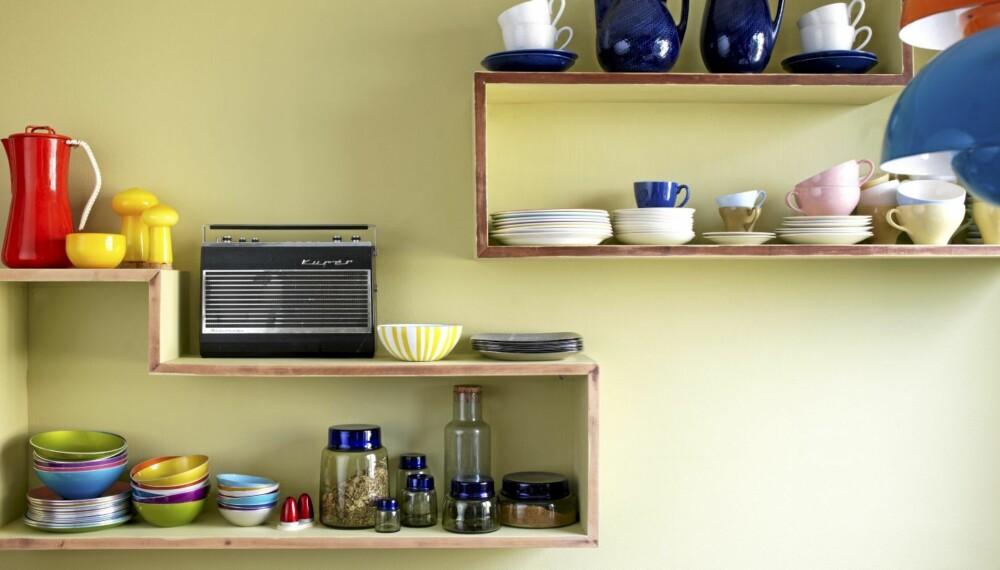 TROFÉHYLLE: De hjemmesnekrede kjøkkenhyllene er fylt av nøye utvalgte brukte bruksgjenstander.