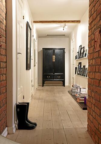 INNGANG: Solide hylleplater er lagt rett på gulvet og er fin til bokstabler. Det kinesiske skapet er kjøpt i en norsk interiørbutikk.