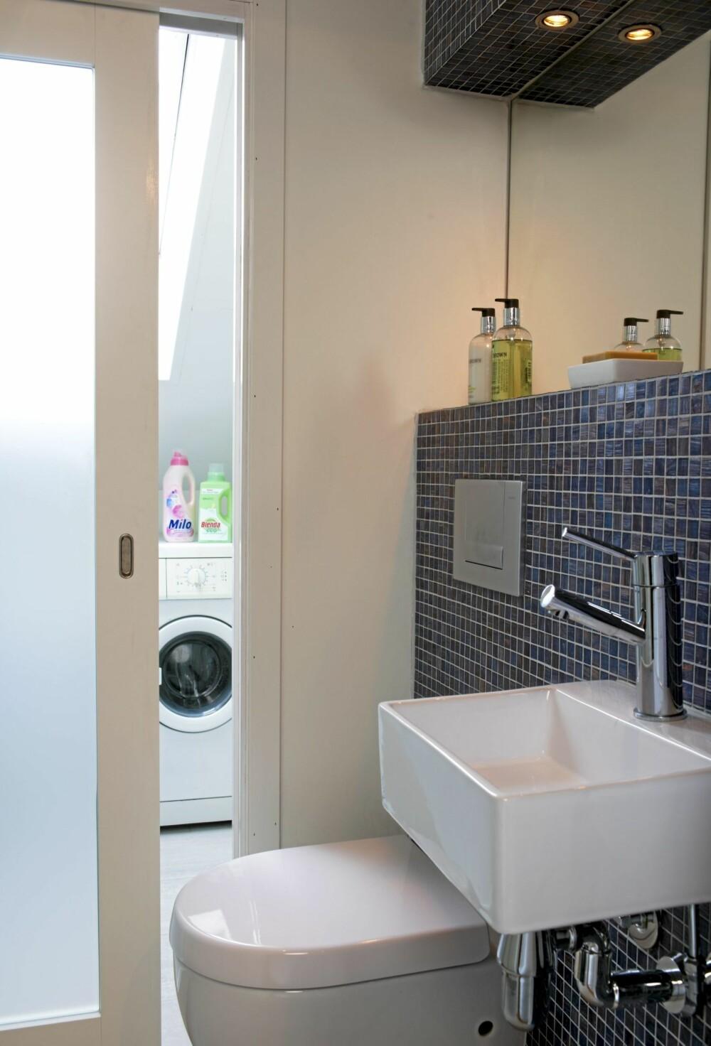 DELT: Det minste badet er delt med en skyvedør i frostet glass. På den måten kommer dagslyset inn i rommet, og vaskerommet er adskilt fra toalettet.