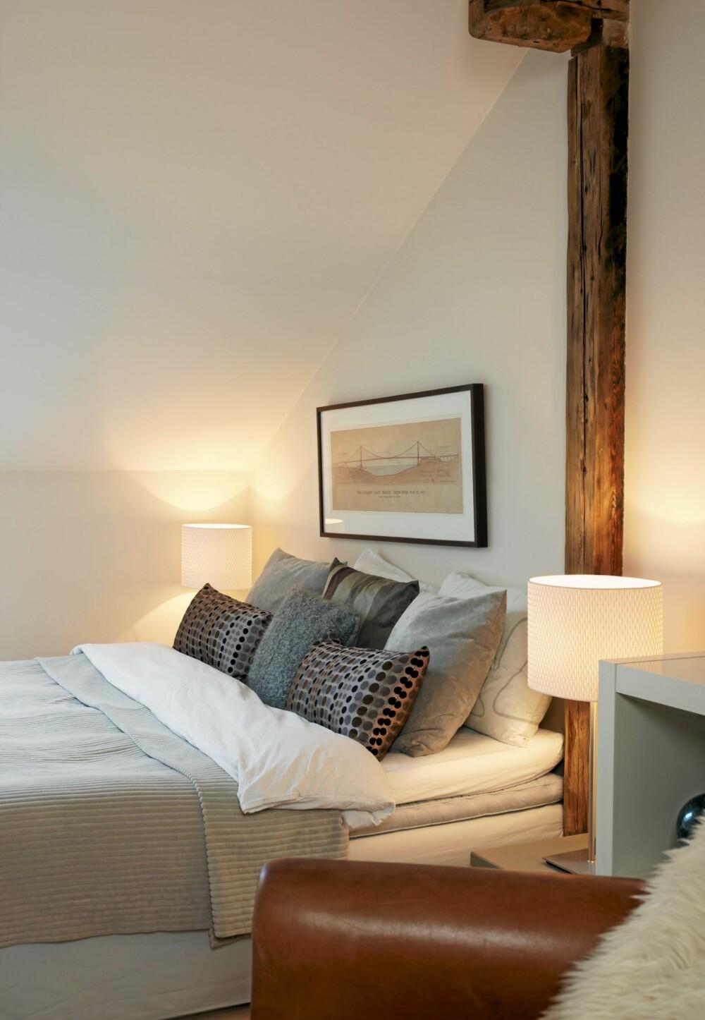 SOVEROM: Sengeteppe i cordfløyel fra Habitat. Putene er en miks av Raun,  Ikea og hjemmestrikket.