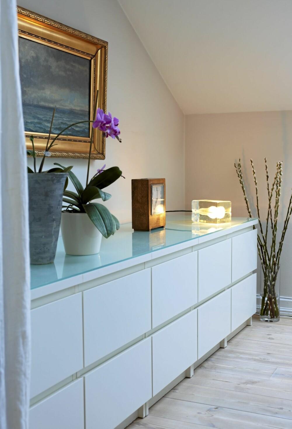 LANG SKJENK: Fem nattbord fra Ikea er blitt til skjenk på soverommet. En glassplate på toppen binder det hele sammen.