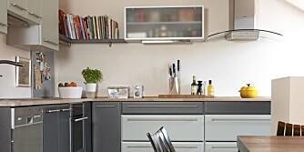 GRÅTT I BLÅTT: Kjøkkenet er utstyrt med solid oppbevaringsplass i form av dype skuffer og skap. Her har også kokebøkene fått plass.