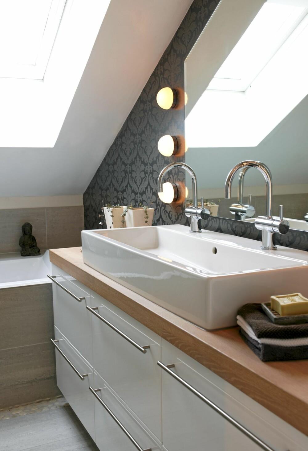 MØNSTRET: Tapet fra Sandberg. Badekaret er bygd inn med fliser, og det er støpt inn småsteiner foran.