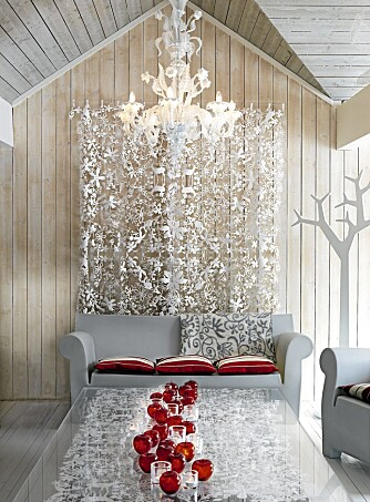 DELIKATE KLIPP. Papirklippene på veggen og under bordets glassflate er designet av nederlandske Tord Boontje. Lysekronen i 1700-talls stil fant Astrid i Venezia.