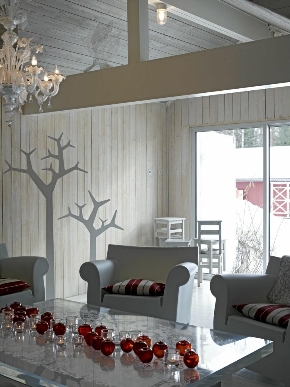 STUEFINT. På elegant vis har Astrid og Willy tatt naturen inn på det gamle høyloftet. Stumtjenere fra Swedese danner miniskog og sittegruppen er fra Philippe Starck.