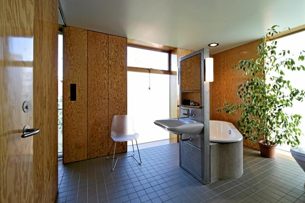 ELEGANT. Badet i andre etasje er utpreget funksjonelt, kan romme flere samtidig og er ganske typisk for Hølmebakks særegne, stramme stil.