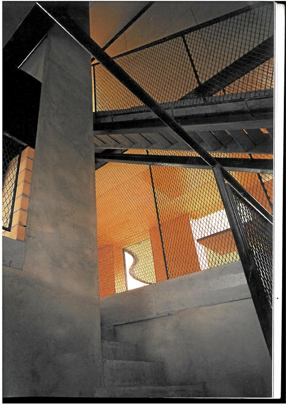 KORSETT. I trappekjernen ser vi hvordan den nye stålkonstruksjonen stiver av huset.