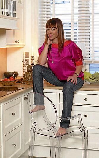 EGEN DESIGN. Cecilie Juvodden i silkebluse i egen design. Hun lanserte sin første kolleksjon i 2005.