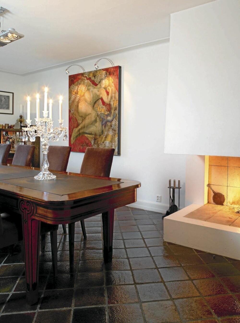 VARM BLANDING. Her er lite tilfeldig. Interiøret har samme varme farger som Elisabeth Verps maleri. Spisebordet er kjøpt på bruktmarked og de glaserte gulvflisene er håndslåtte fra Nederland.