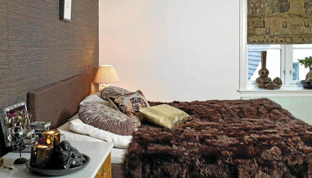 NATURTONER. Soverommet er innredet i brunt og natur. Strietapetet bak sengen er fra Omexco. Tempurseng og puter fra Tine K. Home.